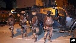 Polisi anti teror Turki melakukan operasi penangkapan para tersangka terkait kelompok ekstremis ISIS, pada 5 Februari lalu (foto: ilustrasi).