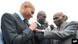 Le président sénégalais Abdoulaye Wade et son fils Karim Wade en janvier dernier, à l'arrivée de 2 Airbus de Senegal Airlines à Dakar
