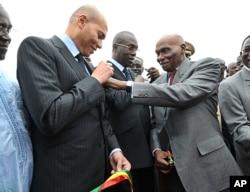 Le président sénégalais Abdoulaye Wade et son fils karim Wade en janvier dernier, à l'arrivée de deux Airbus de Senegal Ailines à Dakar