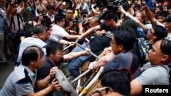 大图:10月4日,反占中抗议者(左)试图拆掉占中抗议者在香港一条主道上设置的路障。