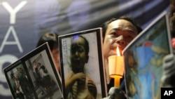 지난 2009년 서울에서 열린 북한인권 개선 촉구 집회에서 참가자가 기아에 시달리는 북한 어린이들의 사진을 들고 있다. (자료사진)