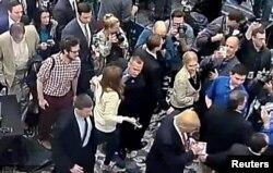 Trong hình ảnh chụp lại từ video, ông Corey Lewandowski (giữa) được trông thấy ghì tay phóng viên Michelle Fields.