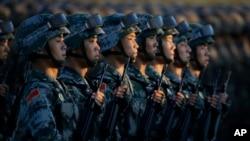 中國士兵等候閱兵式開始(2015年資料圖片)