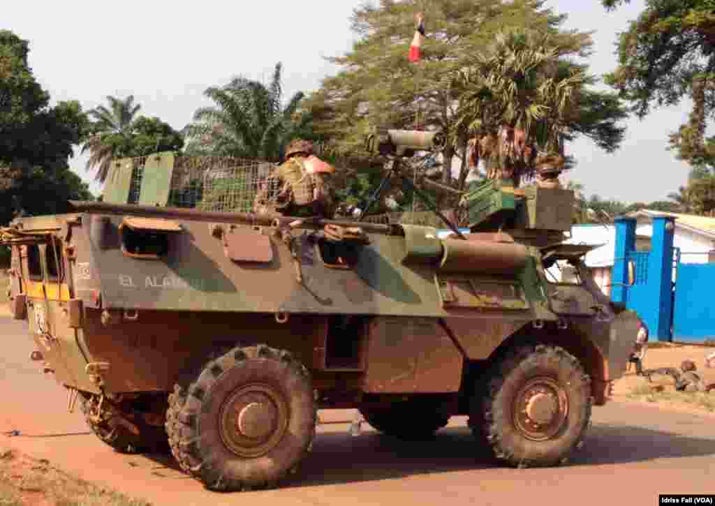 French soldiers atop a tank at a checkpoint, Bangui, Central African Republic, Dec. 22, 2013. Idriss Fall/VOA