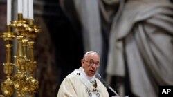 프란치스코 교황이 12일 성 베드로 대성당에서 미사을 집전하고 있다.