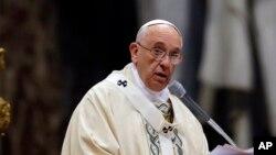 ສັນຕະປາປາ Francis ຈັດພິທີ ຂີດໝາຍຄົບຮອບ 100 ປີ ຂອງການຂ້າລ້າງດັບສູນເຊື້ອຊາດເຜົ່າພັນ ຊາວອາເມເນຍ ທີ່ ໂບດ St. Peter's Basilica, ນະຄອນ Vatican, ວັນທີ 12 ເມສາ 2015.