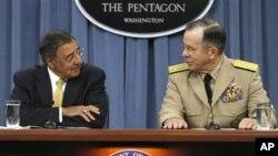 美國國防部長帕內塔(左)和美軍參謀長聯席會議主席馬倫上將(右)在記者會上談到削減國防經費問題。