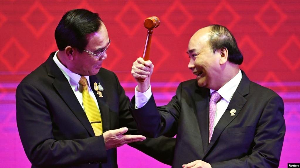 Thủ tướng Việt Nam Nguyễn Xuân Phúc (phải) nhận chiếc búa làm chủ tịch luận phiên ASEAN từ Thủ tướng Thái Lan Prayuth Chan-Ocha tại Bangkok hồi tháng 11/2019. Việt Nam, thay mặt 10 nước thành viên ASEAN, vừa đưa ra tuyên bố với thông điệp mạnh mẽ tới Trung Quốc.