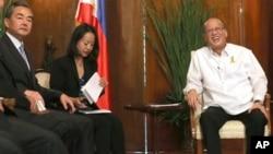 2015年11月10日菲律宾总统阿基诺(右)在马尼拉会见中国外交部长王毅(左)