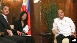 2015年11月10日菲律賓總統阿基諾(右)在馬尼拉會見中國外交部長王毅(左)