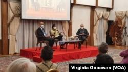 Menteri Keuangan Sri Mulyani (tengah) bertemu dengan sejumlah tokoh masyarakat dan diaspora Indonesia di Washington DC pada 12 Oktober 2021. (Foto: VOA/Virginia Gunawan)