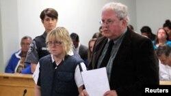 Joyce Mitchell, izquierda apareció junto a su abogado Steven Johnston en una corte en la ciudad de Plattsburgh, Nueva York.