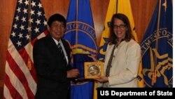 ລັດຖະມົນຕີວ່າການກະຊວງສາທາ ແຫ່ງ ສປປ ລາວ ທ່ານ ດຣ ເອກສະຫວ່າງ ວົງວິຈິດ ແລະ ລັດຖະມົນຕີສາທາລະນະສຸກ ແລະບໍລິການປະຊາຊົນ ຂອງສະຫະລັດ ທ່ານ ນາງ Sylvia Burwell ແລກປ່ຽນສິ່ງທີ່ລະລຶກ, ວັນທີ 10 ກັນຍາ 2014. (Photo courtesy of US Embassy in Vientiane.)