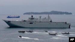 ກຳປັ່ນກອງທັບເຮືອ ອອສເຕຣເລຍ HMAS Adelaide ເດີນທາງຄຽງຂ້າງເຮືອທ້ອງແບນ ກັບກອງທັບເຮືອ ຟີລິບປິນ ແລະ ກອງທັບ ອອສເຕຣເລຍ ໃນຂະນະທີ່ເຂົາເຈົ້າດຳເນີນ ການຝຶກຊ້ອມຊ່ວຍເຫຼືອດ້ານມະນຸດສະທຳ ແລະ ການບັນ ເທົາໄພພິບັດຮ່ວມກັນ ຢູ່ນອກອ່າວ ຊູບິກ ທາງພາກຕາເວັນ ຕົກສຽງເໜືອຂອງ ຟີລິບປິນ.