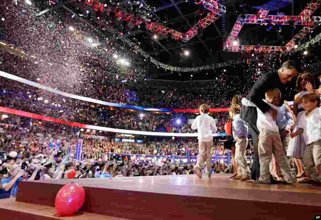 ທ່ານ Mitt Romney ໂອບກອດພວກຫລານໆຂອງທ່ານ ຫລັງຈາກກ່າວຄໍາປາໄສ ຮັບເອົາການແຕ່ງຕັ້ງ ຂອງພັກ, ວັນທີ 30 ສິງຫາ 2012.