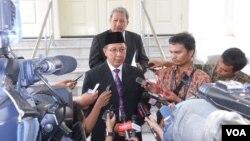 Menteri Agama yang baru, Lukman Hakim Saifuddin, berbicara pada wartawan usai pelantikan di Istana Negara, Jakarta (9/6). (VOA/Andylala Waluyo)