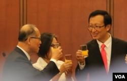 外交次长吴志中(右)向李大维外长夫妇举杯祝贺,2016年5月24日。