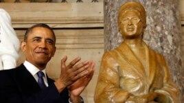 Predsednik Barak Obama pored skulpture Roze Parks