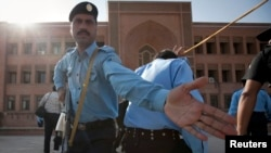 Des policiers déployés après une explosion à l'université islamique au Pakistan, 20 octobre 2009.