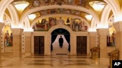 Sveštenik odlazi nakon liturgije bez prisustva vernika tokom epidemije koronavirusa u Hramu svetog Save u Beogradu, 19. aprila 2020. (AP Photo/Darko Vojinović)