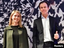 CEO H&M, Karl-Johan Persson dan penggantinya Helena Helmersson dalam konferensi pers di kantor pusat H&M di Stockholm, 30 Januari 2020.