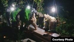 Pemakaman standar Covid-19 kadang harus dilakukan malam hari karena jenazah harus dimakamkan maksimal empat jam setelah meninggal. (Foto: TRC)