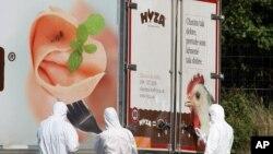 奧地利人員調查一條高速公路上一輛貨車內71名難民窒息而死的案件。