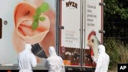 Các nhà điều tra xem xét một chiếc xe tải đậu ven đường gần Parndorf, phía nam Vienna, Áo, hôm 27/8.