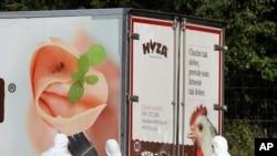 Para penyidik berdiri di dekat truk di pinggir jalan raya A4 dekat Parndorf selatan Vienna, Austria (27/8).