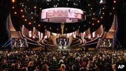 Suasana acara penghargaan Emmy Awards yang dibawakan oleh komedian dan pembawa acara Jimmy Kimmel (18/9).