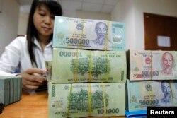 """Bà Lagarde cho rằng Việt Nam cần """"đẩy mạnh cải cách ngân hàng bằng cách xử lý đầy đủ 'di sản' nợ xấu""""."""