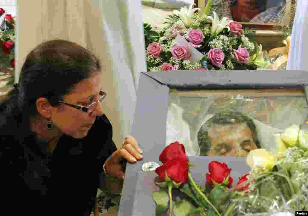 La viuda de Payá permanece junto al féretro con los restos mortales de su marido. Su hija, Rosa María Payá, se ha mostrado escéptica ante la versión oficial que sostiene que la muerte de su padre fue fruto de un a
