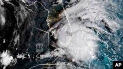 El Centro Nacional de Huracanes en Miami informó que la tormenta se centró a 25 kilómetros al oeste-suroeste de la isla Marco