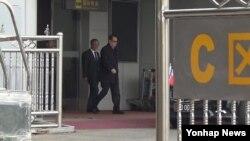 미국 뉴욕 방문길에 오른 리수용 북한 외무상이 지난 19일 경유지인 중국 베이징 서우두 공항에 도착했다. (자료사진)
