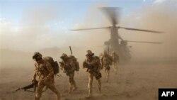 Binh sĩ NATO rời khỏi một chiếc trực thăng Chinook trong sa mạc ở Afghanistan