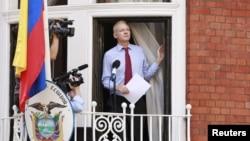19일 영국 런던 주재 에콰도르 대사관의 발코니에서 발언하는 위키리크스 창설자 줄리언 어산지.
