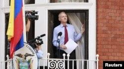 Pendiri WikiLeaks Julian Assange, muncul di muka umum pertama kalinya dalam waktu dua bulan, dan berbicara dari balkon kedutaan Ekuador di London (19/8).