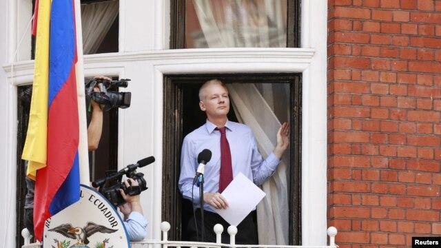 Osnivač Vikiliksa Džulijan Asanž juče se sa balkona ambasade Ekvadora u Londonu obratio svojim sledbenicima