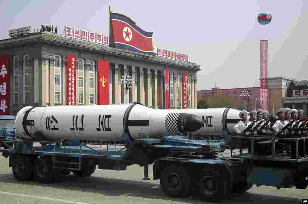 平壤金日成廣場4月15日的閱兵式上展示的一枚潛射彈道導彈。