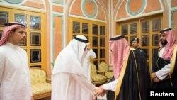 سعودی بادشاہ سلمان بن عبدالعزیز اور ولی عہد شہزادہ محمد نے گزشتہ سال ریاض میں جمال خشوگی کے اہلِ خانہ سے ملاقات کرکے تعزیت کا اظہار بھی کیا تھا۔ (فائل فوٹو)
