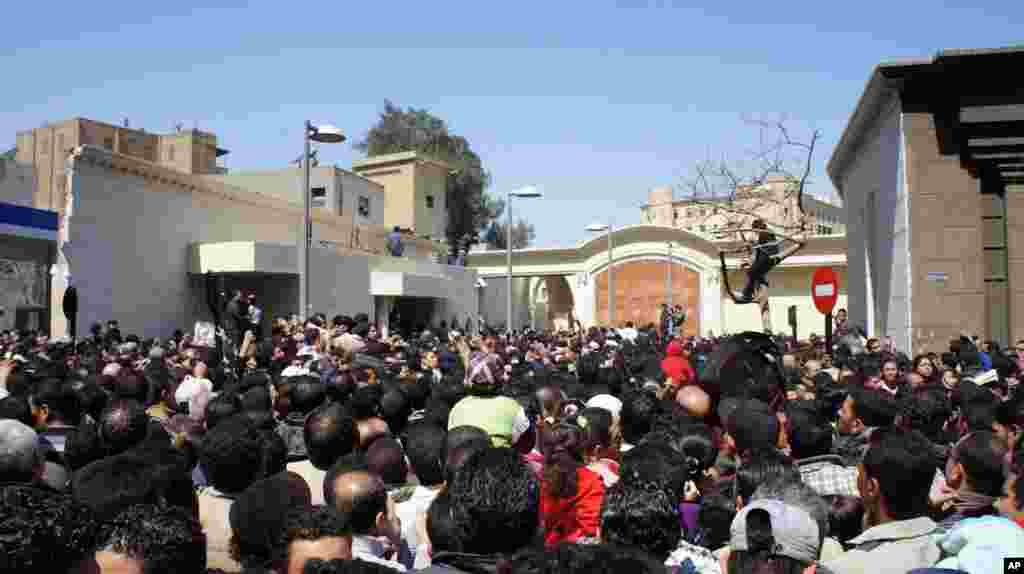Tens of thousands of people came to mourn the Coptic patriarch. (VOA-E. Arrott)