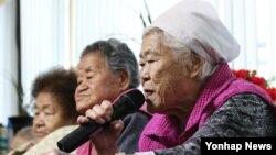 일본군 위안부 문제 해결을 위한 한일 외교장관회담이 열린 28일 경기도 광주시 일본군 위안부 피해자 쉼터 나눔의 집에서 이옥선 할머니가 기자들의 질문에 답하고 있다.