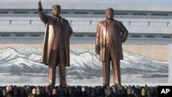 ေျမာက္ကိုရီးယားေခါင္းေဆာင္ေတြျဖစ္ၾကတဲ့ Kim Il Sung (ဝဲ) နဲ႔ Kim Jong Il (ယာ) ႐ုပ္တုမ်ား။
