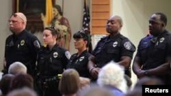 17일 경찰관 총격 사망 사건 발생 직후 배턴 루지 경찰관들이 인근 재커리에 있는 세인트폴 침례교회 예배에 참석하고 있다.