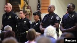 Luiziana shtati, Baton Ruj shahrida uch politsiyachi otib o'ldirilgach, o'tkazilgan xotira marosimi.