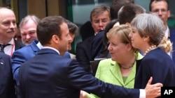 지난 22일 벨기에 브뤼셀에서 열린 유럽연합 정상회의에서 각 국 지도자들이 대화하고 있다. 앞줄 왼쪽부터 에마뉘엘 마크롱 프랑스 대통령, 앙겔라 메르켈 독일 총리, 테레사 메이 영국 총리.