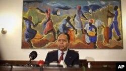 """ອະດີດຈອມຜະເດັດການເຮຕີ ທ່ານ Jean-Claude """"Baby Doc"""" Duvalier ກ່າວຕໍ່ພວກສື່ຂ່າວ ຢູ່ບ້ານພັກ ແຫ່ງນຶ່ງທີ່ທ່ານເຊົ່າໃນນະຄອນຫລວງ Port-au-Prince ໃນເຮຕິ ໃນວັນສຸກ ທີ 21 ມັງກອນ 2011. (AP Photo/Ramon Espinosa)"""