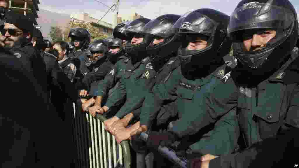 'Yan Sandan Iran Na Gadin Ofishin Jakadancin Saudi Arabia A Tehran, Satumba 28, 2015