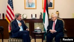 존 케리 미국 국무장관(왼쪽)이 28일 요르단 수도 암만에서 마흐무드 압바스 팔레스타인 자치정부 수반과 회동했다.