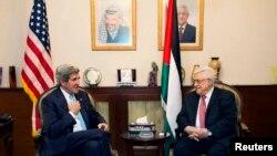 ລັດຖະມົນຕີການຕ່າງປເທດ ສຫລ ທ່ານ John Kerry (ຊ້າຍ) ໂອ້ລົມກັບປະທານາທິບໍດີປາແລສໄຕ ທ່ານ Mahmoud Abbas ທີ່ນະຄອນຫຼວງ Amman ປະເທດຈໍແດັນ (28 ມິຖຸນາ 2013)